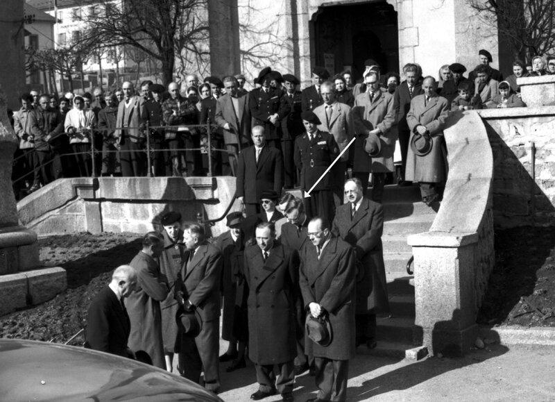 Sortie de l'église mars 1957 en bas à gauche Aristide Vincendon tient son chapeau dans ses mains frère jumeau d´Emile A côté de lui, sa femme plus grande que lui Annie Vincendon_