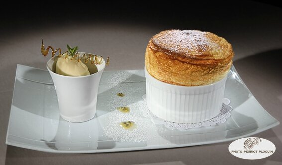 SOUFFLE_aux_fruits_de_la_passion_et_son_sorbet_par_Steven_Bott_Chateau_de_Mercues_46