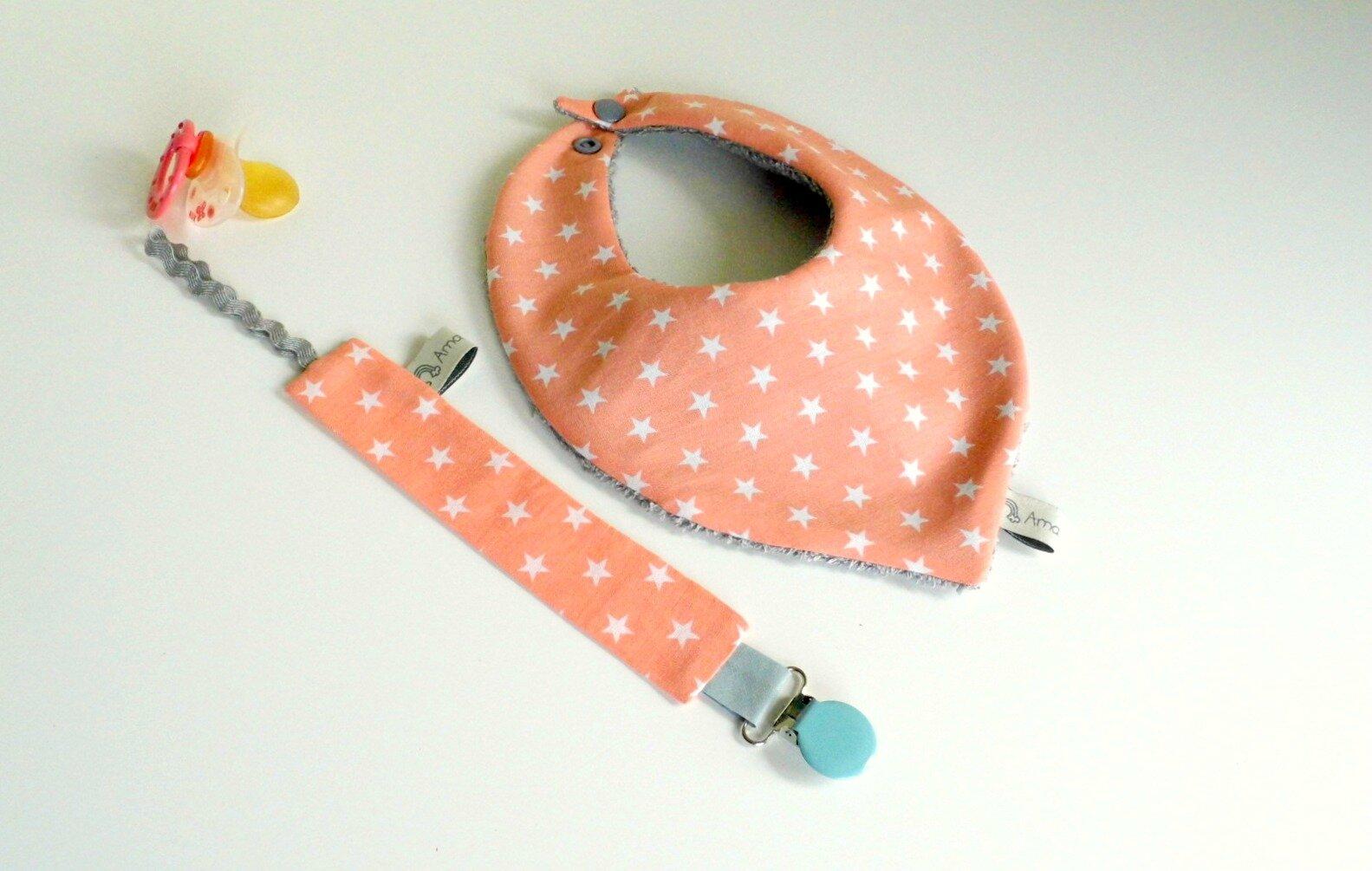 Bavoir bandana et attache tétine rose corail étoiles blanches