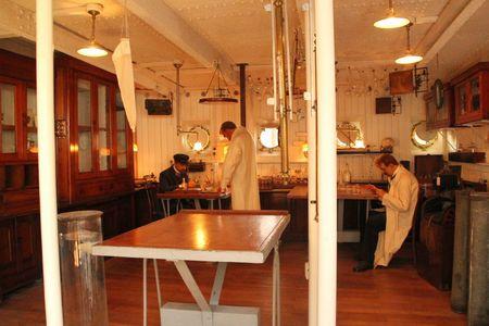 29 laboratoire reconstitué dans un bateau