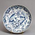 Plat à parois évasées légèrement arrondies, en porcelaine à décor en bleu sous couverte. chine, période ming, xvie siècle.
