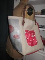 Sac cabas FELICIE n°7 en lin brut avec transfert champignons et coton enduit rouge à pois, fond et poches en coton enduit rouge, étoile de cuir fauve, sangle militaire en cuir (5)