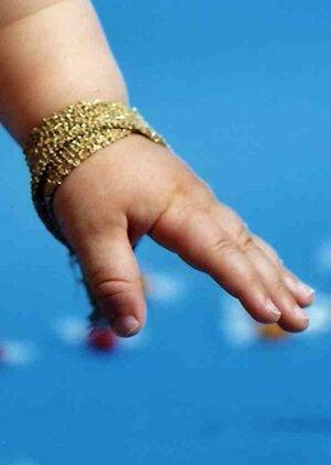 bracelet or sur fond bleu 72dpi ph 1 685