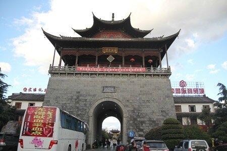 Un portique, ancienne porte d'entrée de la ville. Tengchong était une ville frontière, dernier poste de douane avant la sortie de la Chine sur la route de la soie.