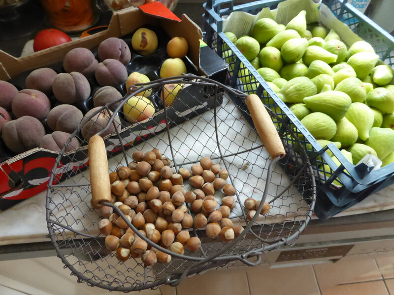 9-pêches, figues, noisettes