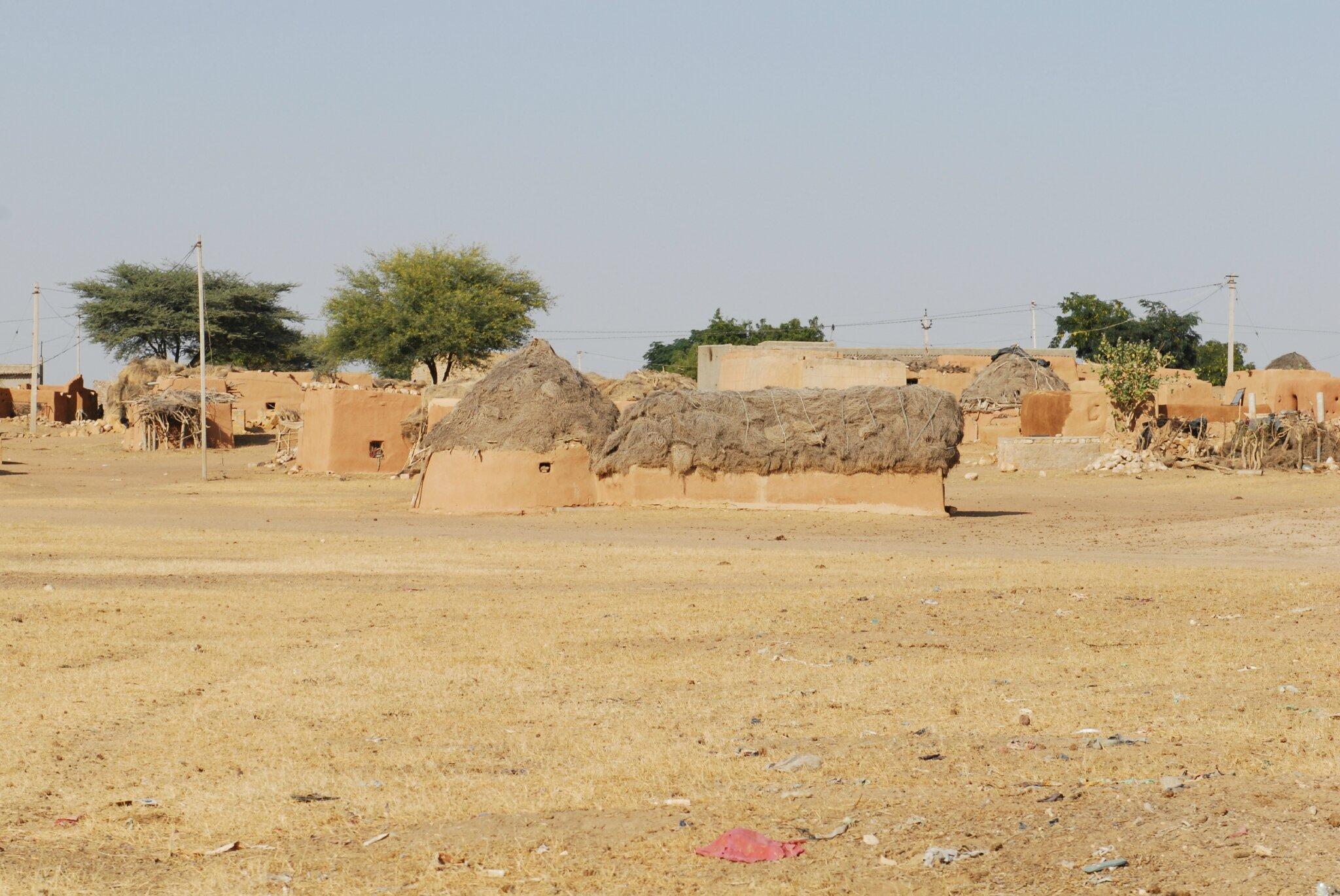 village dans le desert au sud de Jaisalmer