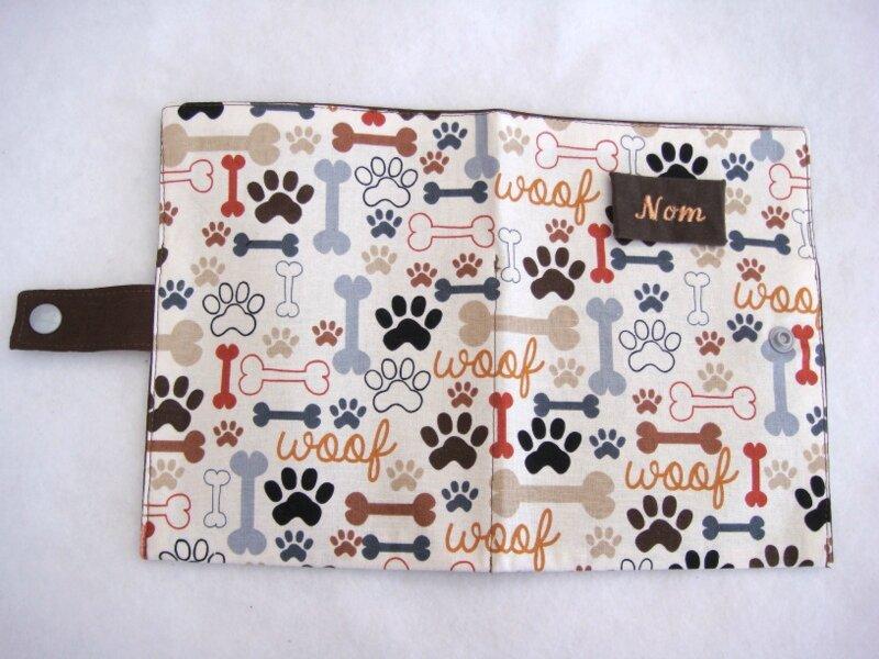 Protège carnet chiens empreintes os marron gris ouvert