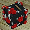 Urne récup noir et rouge avec fleur en papier.