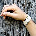 Bracelet dentelle vert prune gros plan bois