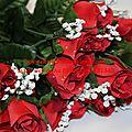 Bouquet de roses rouges artificielles en tissu ou en plastique
