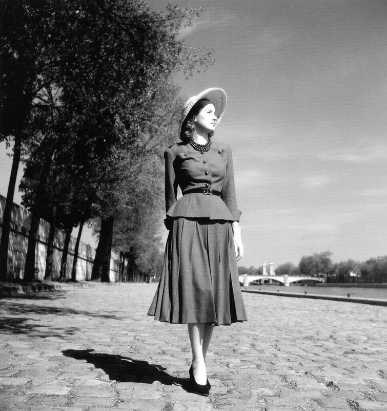 """Modèle portant un tailleur """"Corolle"""" (New Look) photo Willy Maywald Paris 1947"""
