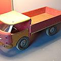 Dejou, un camion tout en bois qui date de 1960 ! c'est le numéro 658 ou le camion plateau !