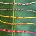Bracelets plats avec graines noires et rouges - 4€