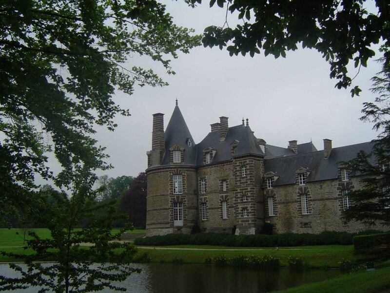 800px-Canisy_chateau_1