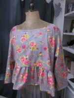 Blouse CERISE en coton gris imprimé fleurs et oiseaux rose vert jaune (2)