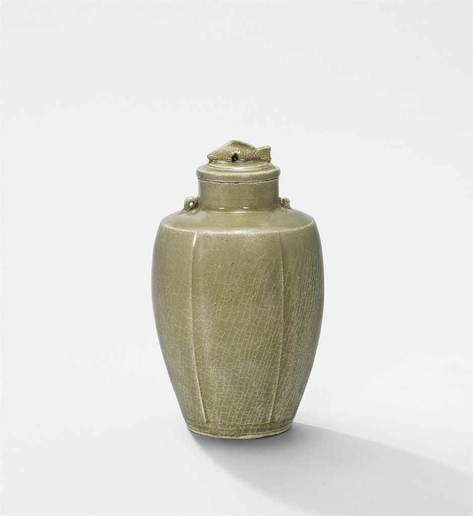 A Yue celadon, incised 'floral' vase and cover, Five dynasties (907-960)