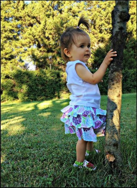 Cléo debout près de l'arbre ree