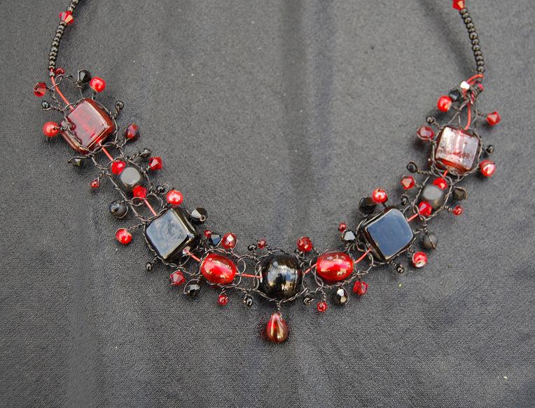 collier macramé rouge et noir pour Valérie