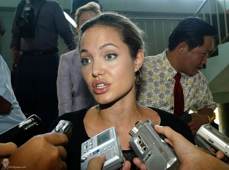 Angelina_Jolie_interview-with-cambodias-prime-minister-july-2004-003