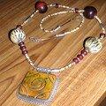 collier pendentif en bois sculpté