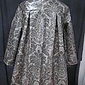 Ciré AGLAE en coton enduit gris imprimé baroque fermé par 2 pressions dissimulés sous de gros boutons recouverts (9)