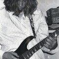 Chemise, cheveux, guitare