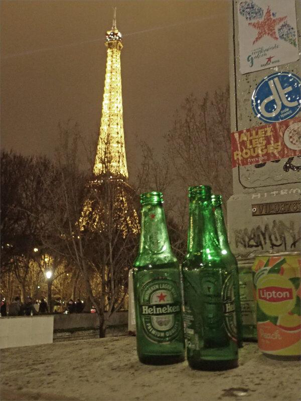 Paris 31122018 ym 6 Tour Eiffel et bouteilles bière