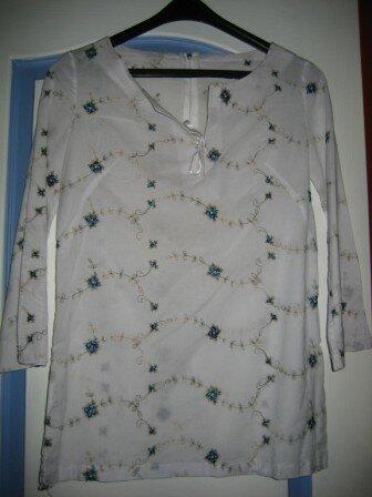 Tunique en broderie blanche et bleue