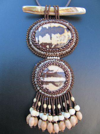pendentif double jaspe, collier doré, bagues 016