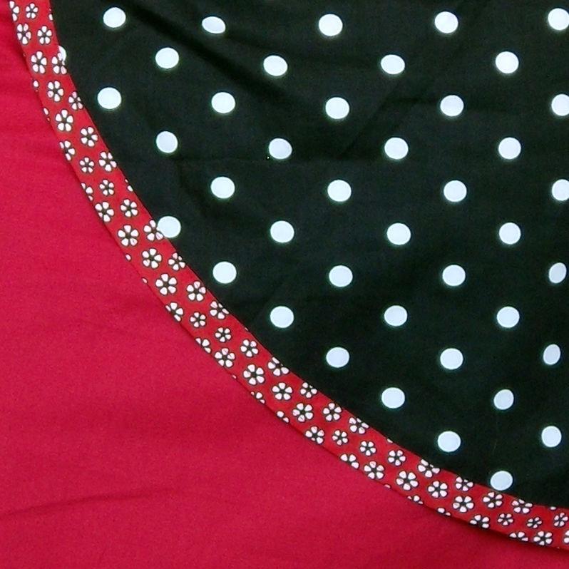 jupe rouge à pans noir à pois (détail)