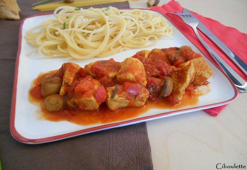 Sauté de dinde à la tomate, champignons & poivrons