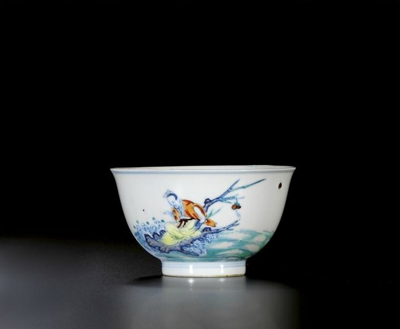 A finely enamelled and rare pair of 'doucai' bowls, Marks and period of Kangxi (1662-1722)