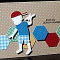 Carte d'anniversaire gaie et colorée pour garçon avec hexagones et petit avion