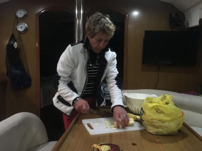 Claudine prépare le crumble aux pommes 111116