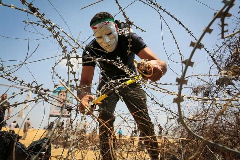 Gaza-A-Palestinian-protester-cuts-barbed-wire-12_843_562