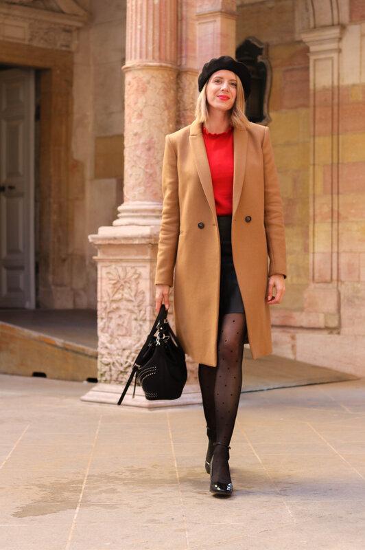 Pull volanté rouge et long manteau camel (13)