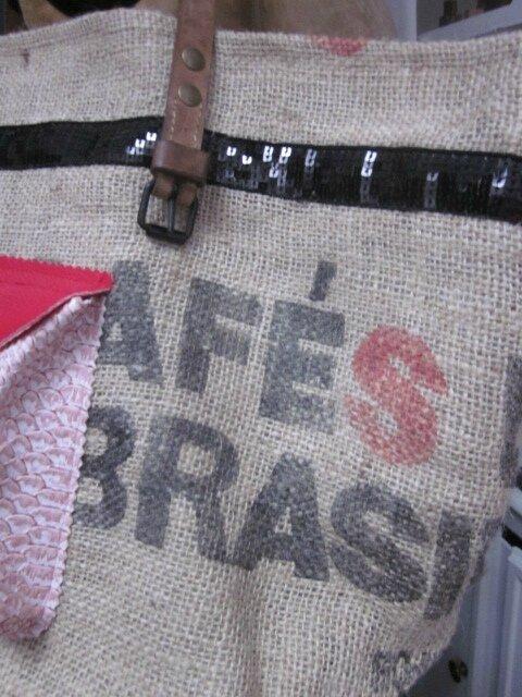 Sac FELICIE n°30 à partie d'un ancien sac de cafée et simili cuir noir - étoiles, bande de paillettes noires, poche simili python rose - anciennes sangles militaires en cuir (7)