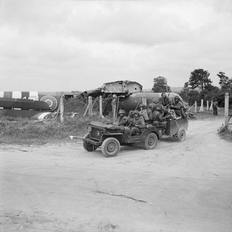 Riflemen_aboard_a_jeep_and_trailer