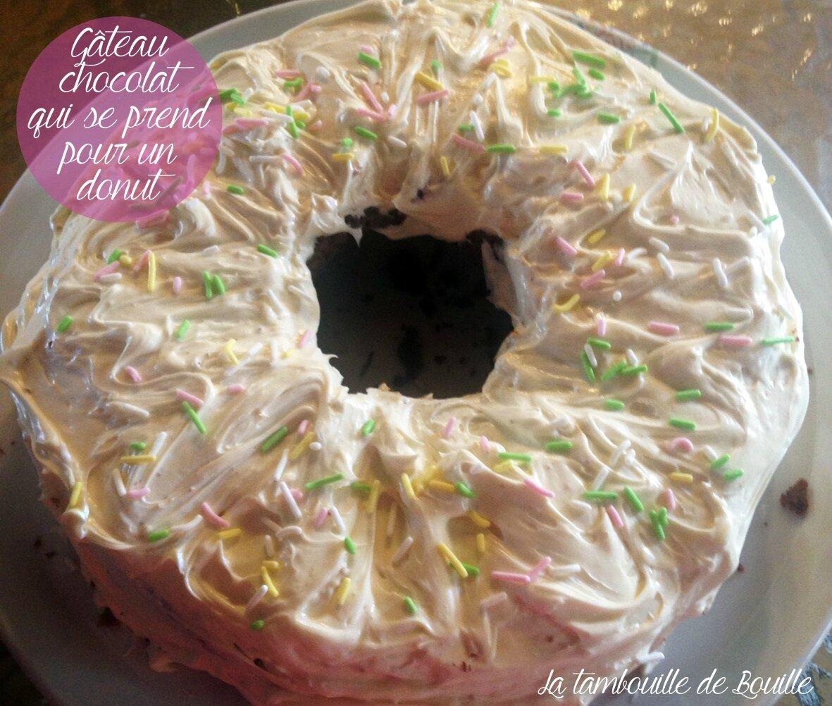 Gâteau moelleux au chocolat, ganache chocolat blanc en forme de donut