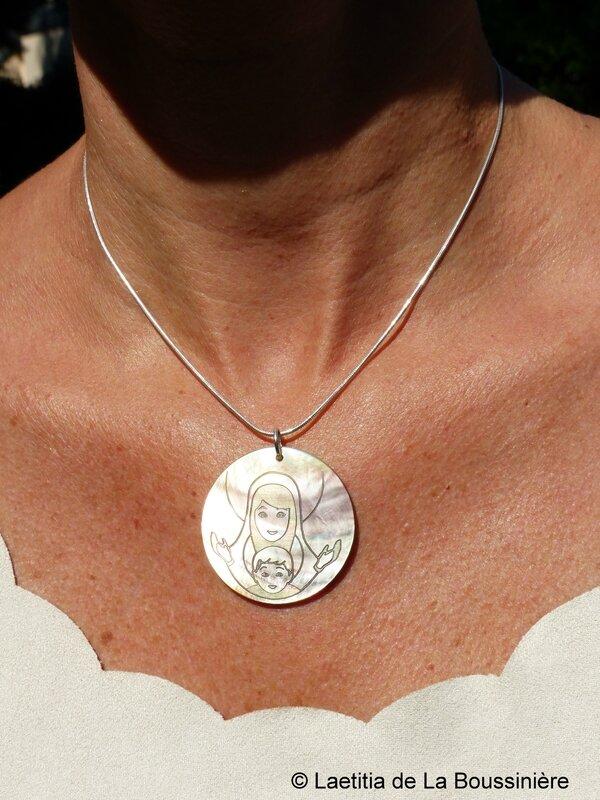 Collier médaille de Vierge à l'Enfant (sur chaîne argent massif lisse) porté