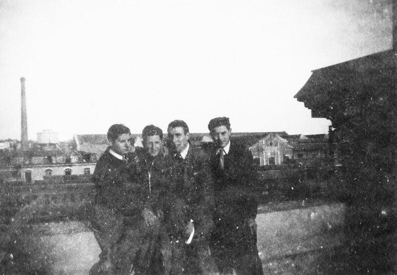 Le quatuor devant l'usine