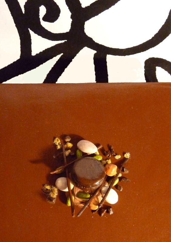 Détail entremet chocolat au lait et pistache