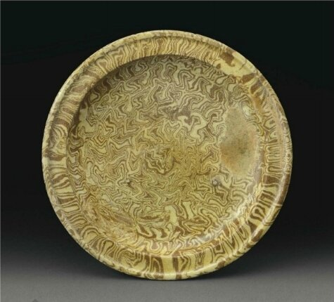 A rare yellow-glazed marbled pottery tripod dish, Tang dynasty