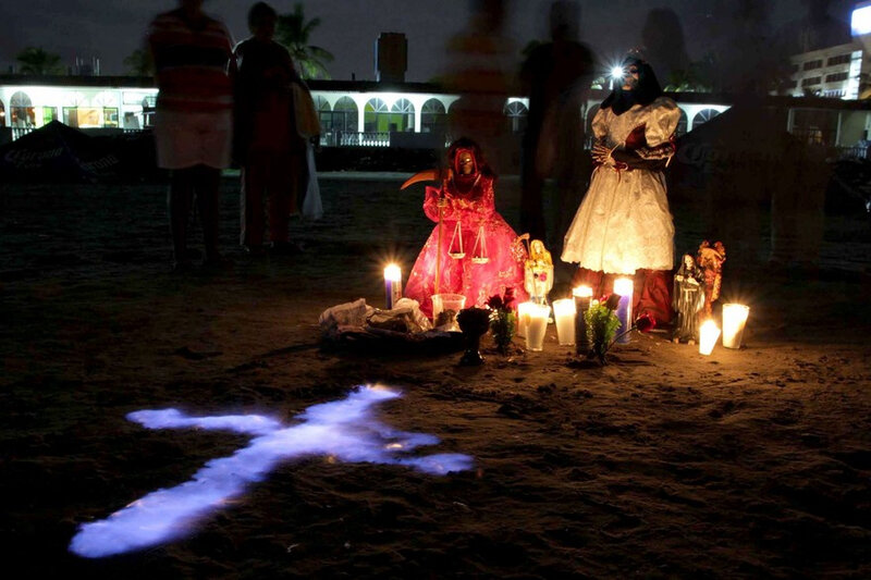 7781834844_des-croyants-en-train-d-accomplir-un-rituel-de-purification-du-culte-de-la-santa-muerte-sur-la-plage-de-veracruz-au-mexique-le-27-septembre-2015