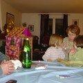 Mamytine et ses 2 petites filles sur les genoux