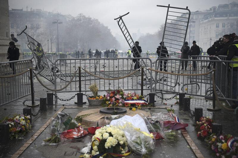 policiers-protegent-tombe-soldat-inconnul-Arc-Triomphe-alors-gilets-jaunes-manifestent-proximite-1er-decembre-2018
