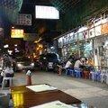 Ambiance restau de rue en plein centre d'une ville en totale ébullition