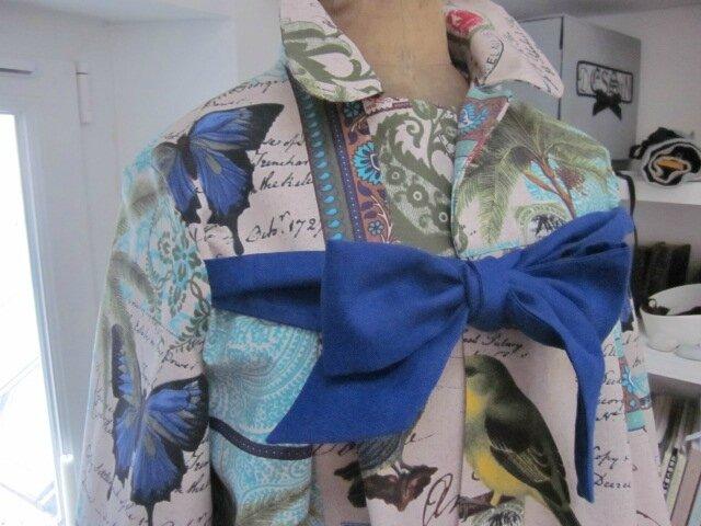 Manteau AGLAE en coton couleur lin imprimé oiseaux et papillons turquoise - Noeud de lin bleu france (4)