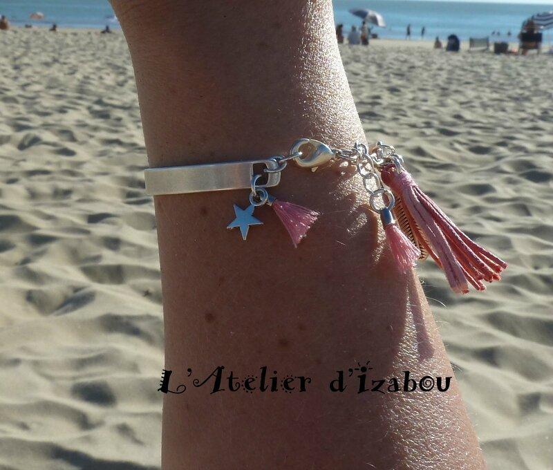 P1220392 Bracelet jonc métal argenté, breloque plume et étoile et pompons roses