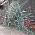 Harlem, un dimanche à la sortie de la messe (!), et voilà la statue qui pleure sur le mur !